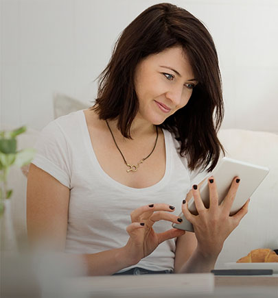 woman-viewing-tablet-in-cafe